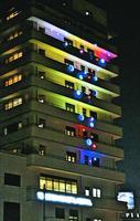 徳島市民病院の壁面を彩るイルミネーション=同市北常三島町2