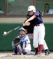 AWA―MUSUME BBS1回表、2死三塁、楠本の左前適時打で先制する=京都市の岡崎公園野球場