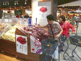 香港のスーパーマーケットで販売されているなると金時=香港イオンスタイル(県提供)