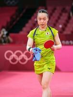 女子シングルス準決勝で中国の孫穎莎に敗れ、引き揚げる伊藤美誠=東京体育館