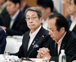 富山市で開かれた全国知事会議に出席した石田総務相(中央)=23日午後