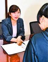 「終活のためのミニ保険」の商品内容を説明するイマデヤの職員(左)=徳島市両国本町2の同社