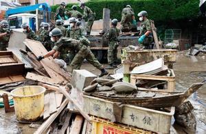 豪雨被害を受けた熊本県人吉市の旅館で片付け作業をする自衛隊員=13日午後3時9分