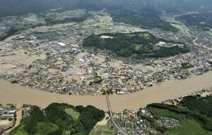 豪雨で球磨川が氾濫し、水に漬かった熊本県人吉市の市街地=7月4日