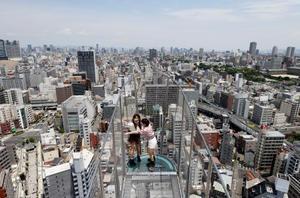 営業が再開された「通天閣」の展望台。屋外では訪れた人たちが景色を楽しんでいた=30日午前、大阪市