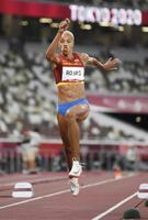 女子三段跳び決勝 6回目に15メートル67の世界新記録をマークしたベネズエラのユリマル・ロハス=国立競技場