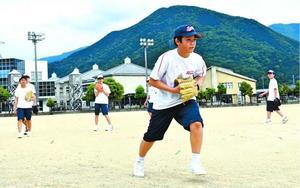 守備練習に取り組む軟式野球部員=東みよし町西庄の三加茂中