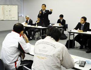 16郡市の代表者らが出席して開かれた徳島駅伝の第1回監督会議=徳島新聞社