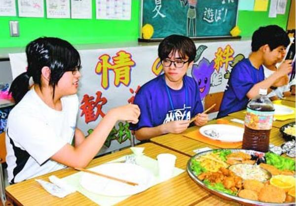 食事などで交流を深める両校の生徒=那賀町和食郷の鷲敷中
