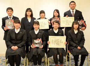 2015年度の徳島運動記者クラブ賞を受賞した選手たち=ホテルクレメント徳島