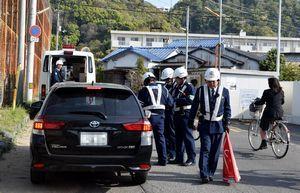 通学路で交通違反を取り締まる徳島東署員=徳島市南二軒屋町2