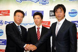 巨人の益田(左)、渡辺(右)両スカウトと握手を交わす増田=徳島市のとくぎんトモニプラザ