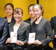 日本体操協会の年間表彰で最優秀選手賞に選ばれ、笑顔を見せる森ひかる。右は杉本早裕吏=18日、東京都新宿区