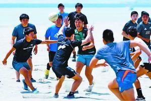 部活動が再開され、笑顔で練習する城東高ラグビー部員=徳島市の小松海岸