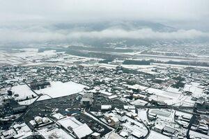 積雪のあった美馬市内。雪は徐々に解け始める=12日午前11時ごろ、道の駅「みまの里」ドローン撮影(特別な許可を得て撮影しています)