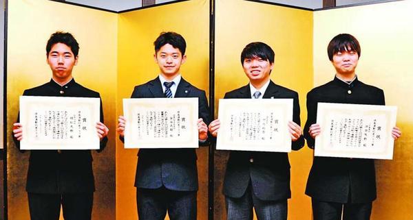 徳島運動記者クラブ賞を受賞した右から浜田、竹内、金谷、明松の各選手=JRホテルクレメント徳島