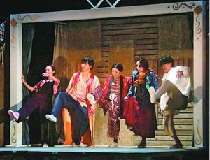 独特の世界観で観客を魅了した劇団ロロの公演=阿南市情報文化センターコスモホール