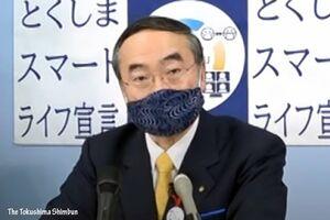 臨時記者会見を行う飯泉知事=4日午後3時半ごろ、徳島県庁