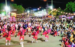 人気の連と観光客一体 徳島市の阿波踊り2日目