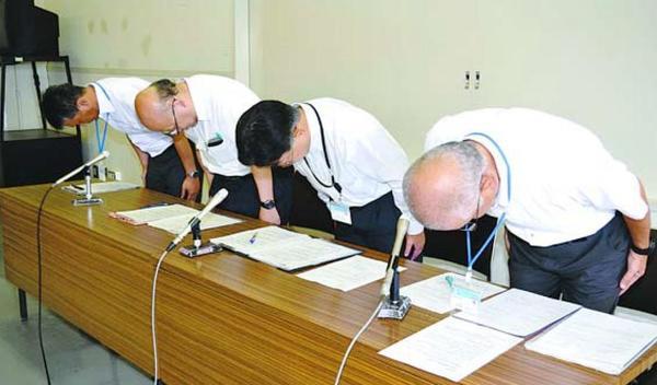 記者会見で謝罪する久保部長(右から2人目)ら=徳島市役所