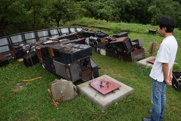 強風で倒壊した、大小のスピーカーを使った鳥居のオブジェ=4日午後5時半ごろ、神山町上分