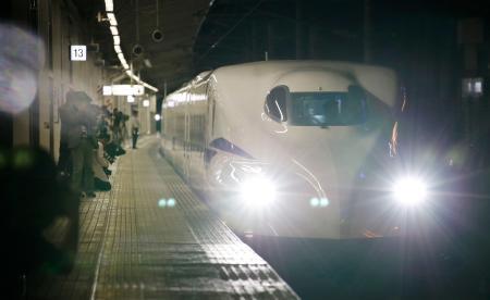 米原―京都間で時速360キロの走行試験をするため、JR米原駅に入線する東海道新幹線の新型車両「N700S」=6日夜