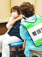 大規模集団接種の会場でワクチン接種を受ける高齢者。接種の加速には打ち手の確保が欠かせない=5日、徳島市のアスティとくしま