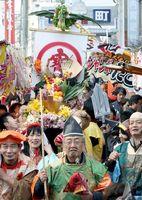 本えびすに合わせて神社周辺を練り歩く七福神や野菜みこし=徳島市通町2