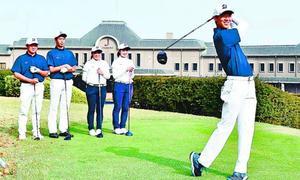 Jクラシックゴルフクラブでラウンド練習をする(右から)山田、都、村上、古川、勢井の各選手