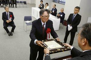 賞状を受け取る新町川を守る会の中村理事長=徳島新聞社