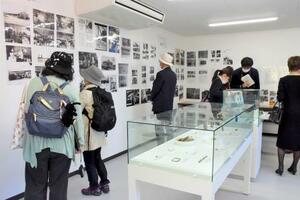 島の近代史を伝える写真や被爆者の遺品などを並べた「似島平和資料館」=11日午後、広島市