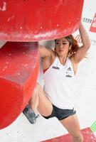 2種目の複合ジャパンカップ女子予選 ボルダリングで課題に挑む野中生萌=岩手県営スポーツクライミング競技場