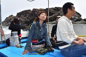 船からの景色を楽しむ参加者=美波町日和佐港沖