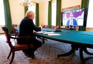 ズームを使ったビデオ会議に参加するジョンソン英首相=5月27日、ロンドン(ロイター=共同)