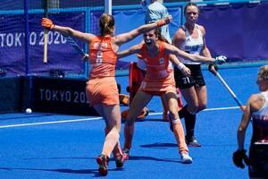五輪ホッケー女子準決勝、英国戦でゴールを奪い、歓喜するオランダの選手たち=4日、大井ホッケー競技場(AP=共同)