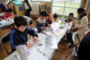 木の昆虫作りを楽しむ児童ら=徳島市国府町の芝原児童館
