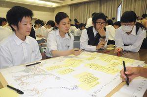 地図を見ながら想定される被害について話し合う生徒=徳島市のあわぎんホール