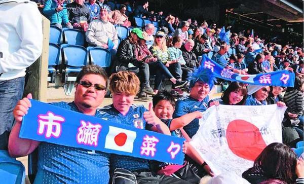 なでしこジャパンの初戦をスタンドで応援した市瀬の兄一馬さん(左端)ら=10日、パリ(市瀬啓子さん提供)