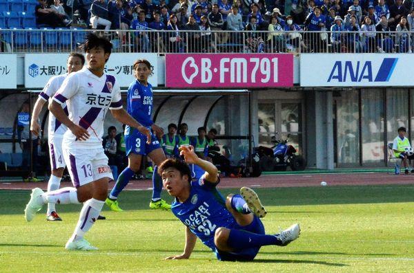 徳島対京都 前半27分、プロ初ゴールを決めた徳島の小西雄大(右)