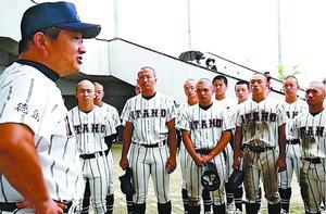 部員を前に最後のメッセージを伝える板野高の和田監督(左)=鳴門オロナミンC球場