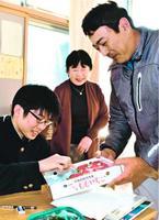 受験生にさくらももいちごを贈る栗坂副部会長(右)=佐那河内中学校