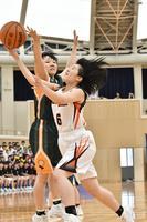 バスケットボール女子決勝・城南対富岡東 第2クオーター、シュートを放つ城南の四宮(右)=サンフラワードーム北島