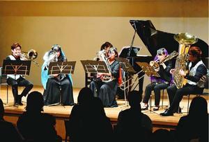 演奏する武蔵野音大の学生ら=徳島市シビックセンター