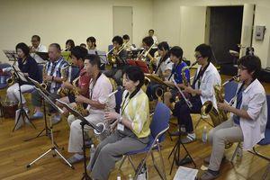 初練習で音を合わせる楽団のメンバー=9日、徳島市のJAバンク徳島スタジアム