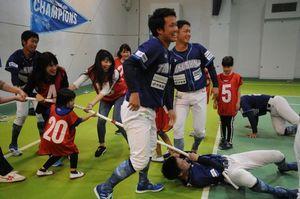 ファンと一緒に笑顔で綱引きを楽しむ徳島の選手たち=徳島市のとくぎんトモニプラザ