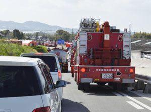 一般車両の横をすり抜ける消防車。熊本県内の至る所で渋滞が発生した=17日午後、熊本市北区の国道