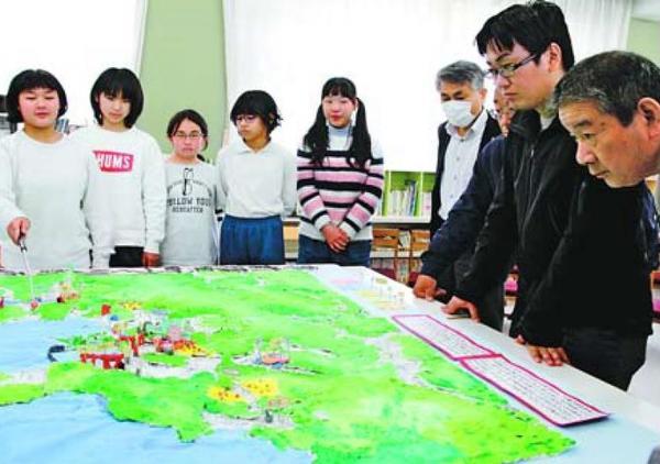 由岐地区のまちづくりを考えて作ったジオラマを地元住民に披露する児童=美波町の由岐小