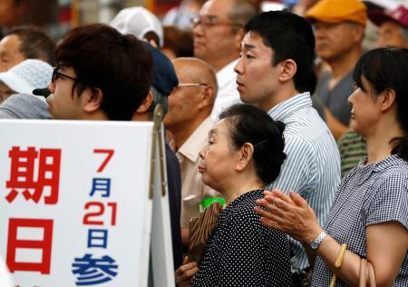 街頭演説に耳を傾ける有権者ら=12日午後、新潟県長岡市