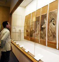 近世以降の幽霊画が並んだ特別展=徳島城博物館