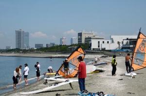 稲毛海浜公園でマリンスポーツなどをして遊ぶ人たち=30日午前、千葉市美浜区